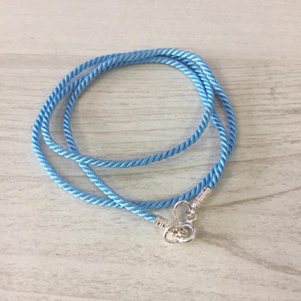 Текстильный шнурок голубой 2мм с серебряной застежкой